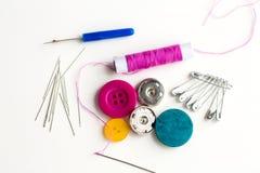 Boutons, aiguilles, goupilles et bobine de couture de fil Photographie stock libre de droits