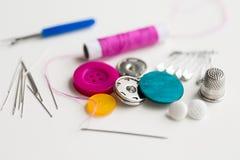 Boutons, aiguilles, goupilles et bobine de couture de fil Photo libre de droits