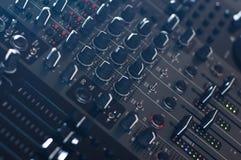 Boutons audio de mélangeur du DJ inclinés Photographie stock libre de droits