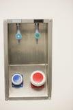 Boutons bleus et rouges sur le mur Image libre de droits