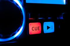 Boutons bleus et rouges sur le tourne-disque, matériel son photographie stock libre de droits