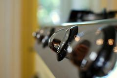 Boutons brillants sur une cuisinière à gaz Photographie stock libre de droits