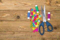 Boutons, ciseaux et rouleaux de couture de fil Photographie stock