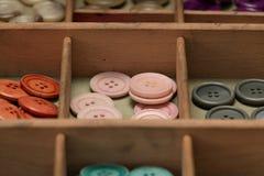 Boutons colorés dans une boîte Photographie stock libre de droits