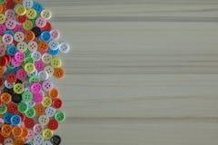 Boutons colorés multi sur la table en bois légère Photo libre de droits