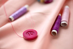 Boutons de couture, bobines de fil et tissu Photos libres de droits