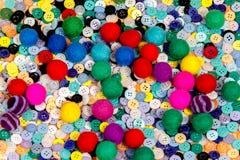 Boutons de couture colorés de textile et fait du fond de boules de feutre Photographie stock libre de droits