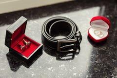 Boutons de manchette, ceinture du ` s d'hommes, anneaux de mariage, le matin de marié, affaires Photographie stock libre de droits