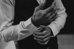 Boutons de manchette d'usage d'homme d'affaires vêtx le blanc photographie stock