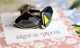 Boutons de manchette sur la carte de mariage Photos stock