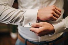 Boutons de manchette sur la chemise blanche du marié Images libres de droits