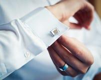 Boutons de marié sur ses manchettes de chemise image stock