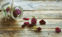Boutons de rose secs dans un pot en verre Photo stock