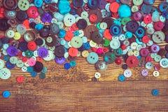 Boutons de vêtements sur le baclground en bois images libres de droits