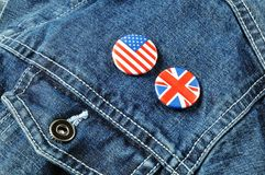 Boutons des USA et du R-U sur une jupe de denim Images libres de droits