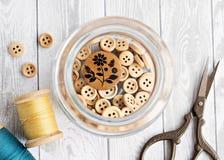Boutons en bois dans le pot image libre de droits