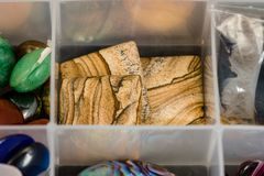 Boutons en pierre plats carrés utilisés pour créer des bijoux Images libres de droits