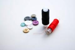 Boutons et écheveaux d'amorçage closeup sur un backg blanc Photo libre de droits