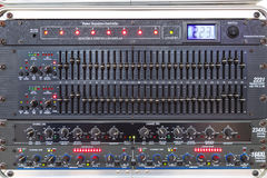 Boutons et étiquettes dans diverses parties du contrôleur audio de mélangeur Photos libres de droits