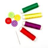 Boutons et aiguille de couture avec le fil Images stock