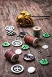 Boutons et amorçage de couture Image stock