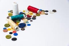 boutons et bobines multicolores avec des fils Photos stock