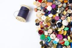 Boutons et fil de couture Photographie stock