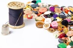 Boutons et fil de couture Images libres de droits