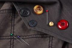 Boutons et goupilles de vintage sur le plan rapproché noir de coton Photo stock