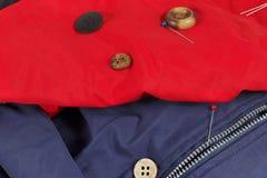 Boutons et goupilles de vintage sur le plan rapproché de tissu synthétique Image stock