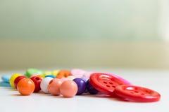 Boutons et perles colorés Photos stock