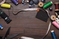 Boutons et pointeaux d'amorçages sur la table en bois brune Photos stock