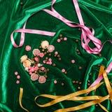 Boutons et rubans sur le tissu Photos stock