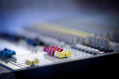 Boutons multicolores de mélangeur audio professionnel Photos stock