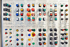 Boutons multicolores pour les appareils électriques et dispositifs dans le St Photos stock