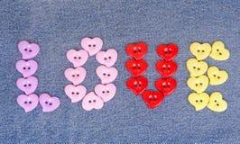 Boutons multicolores sous forme de coeurs Images stock