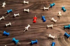 Boutons multicolores sur le fond en bois brun Image stock
