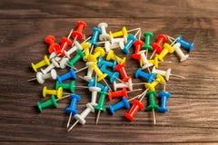 Boutons multicolores sur le fond en bois brun Photos stock