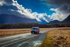 BOUTONS NOUVELLE-ZÉLANDE PLAT - AOÛT 30,2015 : fourgon de touristes passant le kn Images libres de droits