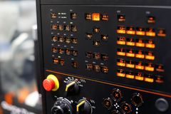 Boutons rétro-éclairés sur le panneau de commande de commande numérique par ordinateur Images stock