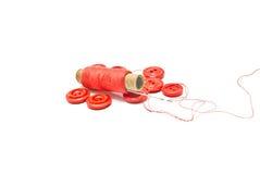 Boutons rouges et bobine de fil Images libres de droits