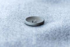 boutons sur le manteau gris Images stock