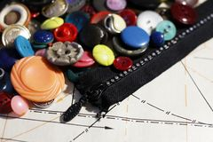Boutons sur le modèle de papier, thème de couture Images stock