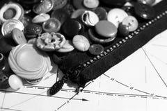Boutons sur le modèle de papier, thème de couture Photo stock