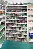 Bouts de chaussure sur une étagère Photographie stock libre de droits