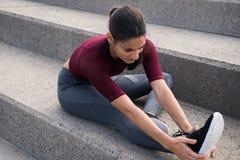 Bouts droits faisants femelles de joli ajustement sur des escaliers Images libres de droits