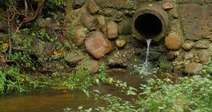 Bouw afvoerkanaal van de drainagekanalen van de cement het concrete pijp de vloeibare stroom stock videobeelden
