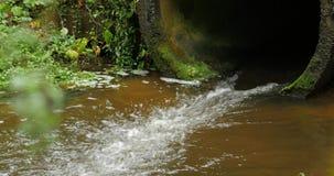 Bouw afvoerkanaal van de drainagekanalen van de cement het concrete pijp de vloeibare stroom stock footage