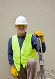 Bouw arbeider in veiligheidstoestel Stock Foto's