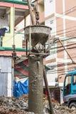 Bouw bouwarbeiders bij beton Stock Foto's